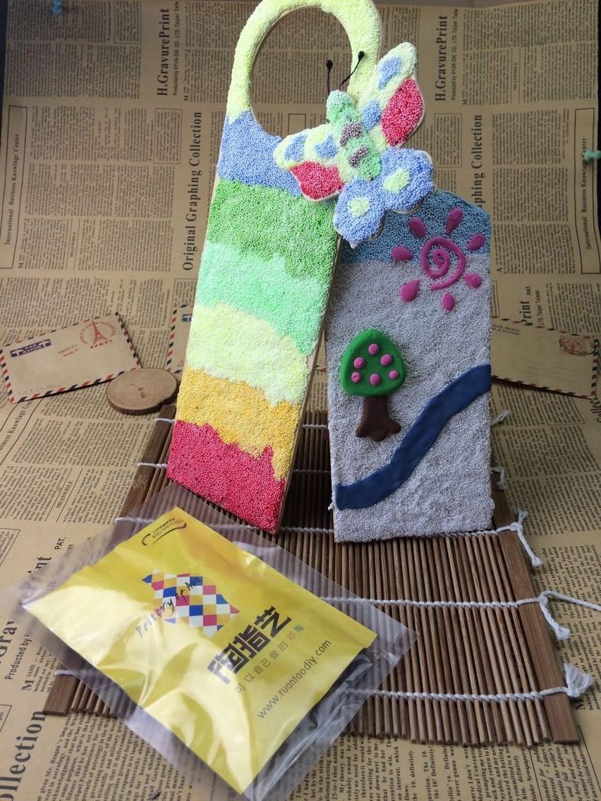 珍珠泥又被称为雪花泥,是一种儿童手工玩具,流行于欧美、日、韩等国家。珍珠泥不同于软陶,它是颗粒状,很好塑形,成型快,也不需要专门的烘烤,做好以后,在空气中自然风干。珍珠泥做好的作品可以长期保持,而且可以调色,在基础色之间可以任意自由调配,是非常适合5岁以上的小朋友玩耍的。来看看陶指艺珍珠泥作品吧。